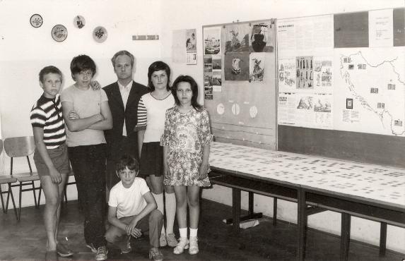 Z leve proti desni stojijo: Igor Jan, Renato Pirš, mentor Dominik Vrbič, Tanja Ramšak, Janja Sitar, čepi pa Tomo Diaci.