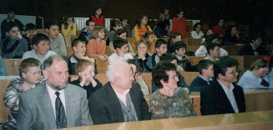 Mentor Toni Četina, takratni presednih FD Žalec Janko Pirnat, mentorica Cirila Haler in takratni tajnik Filatelistične zveze Slovenije Bojan Bračič med množico mladih filatelistov