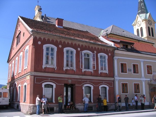 Druga lokacija žalske Pošte - vhod s ceste na levi strani